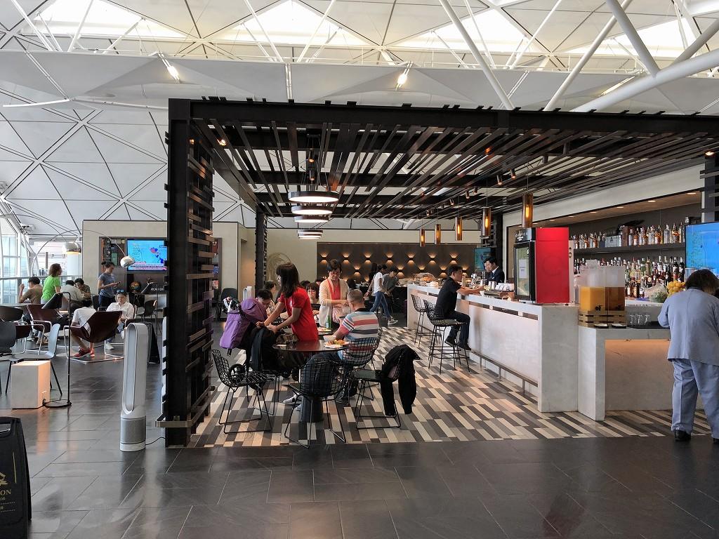 香港国際空港のアメリカン・エキスプレス・センチュリオン・ラウンジのラウンジエリア(手前から)