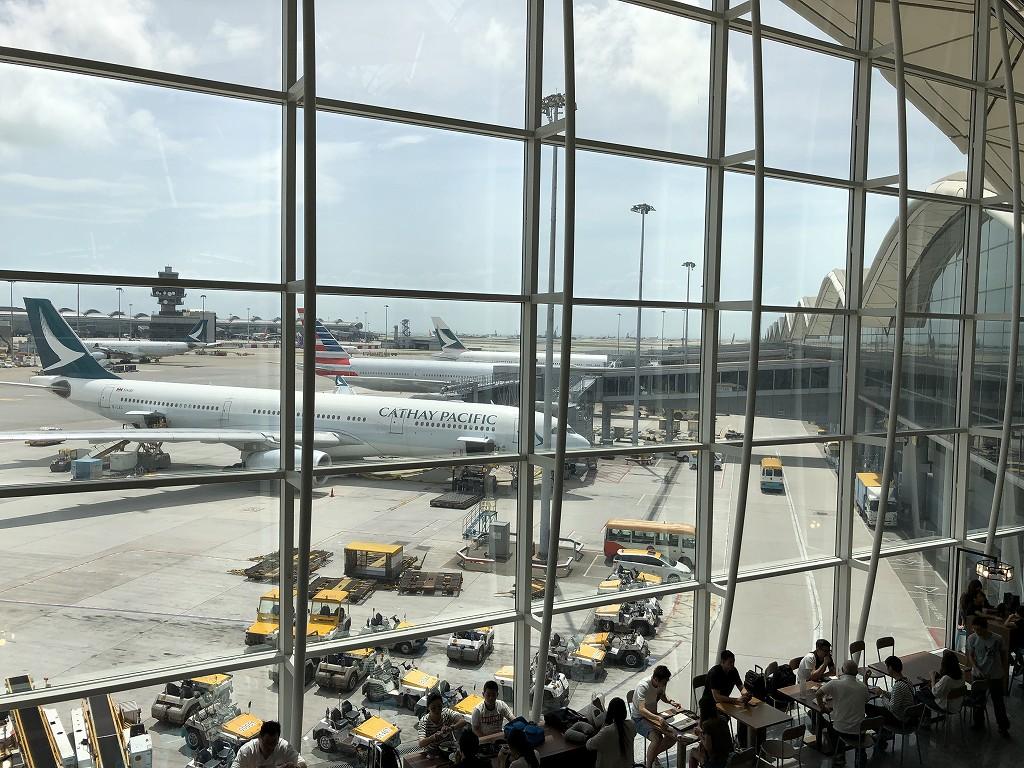 香港国際空港のアメリカン・エキスプレス・センチュリオン・ラウンジのカウンター席2