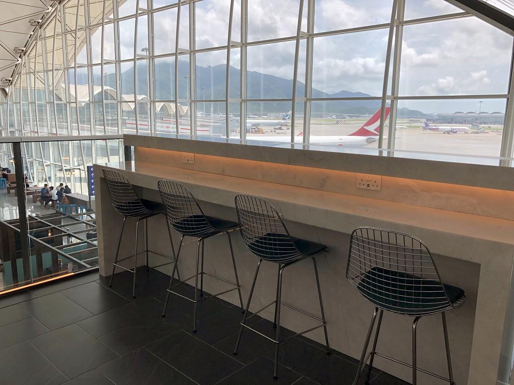 香港国際空港のアメリカン・エキスプレス・センチュリオン・ラウンジのカウンター席1