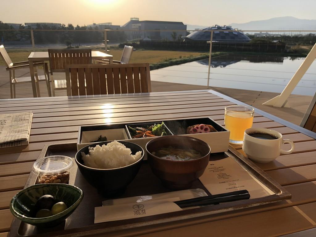 朝日を浴びながらスイデンテラスの朝食2