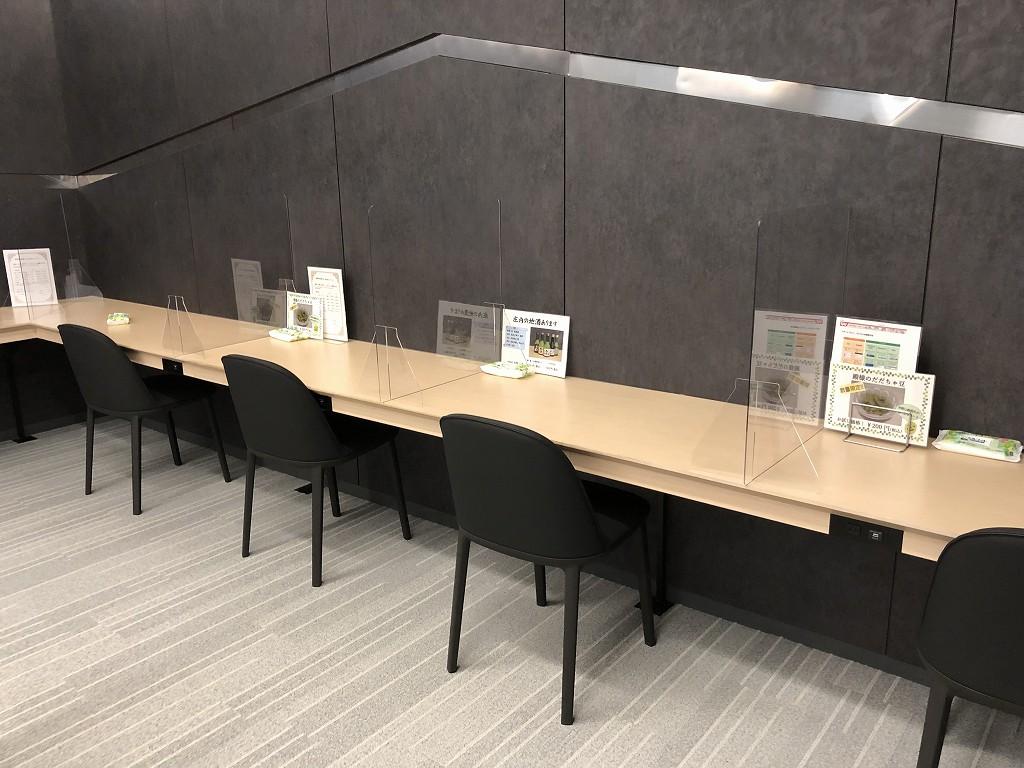 庄内空港の有料待合室「to plads」のパソコンデスク2