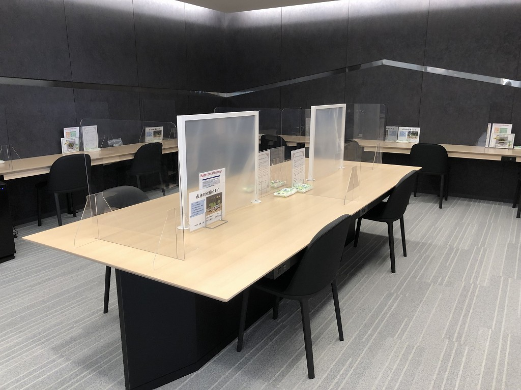 庄内空港の有料待合室「to plads」のパソコンデスク1
