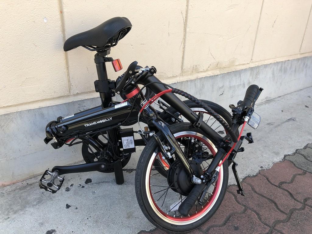 トランスモバイリーの電動折り畳み自転車を折りたたむ