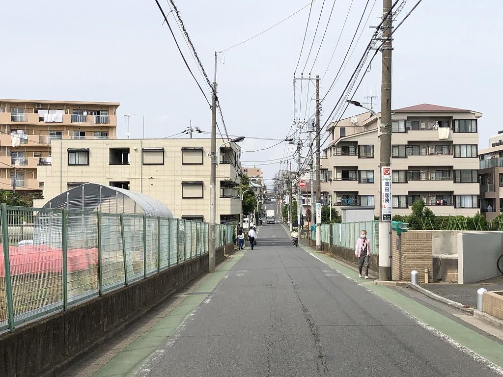 荒玉水道道路の桜上水駅近くのアップダウン