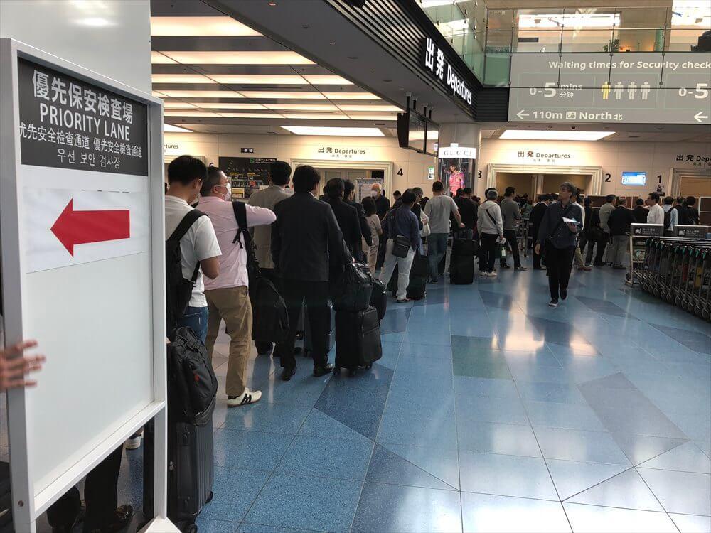 羽田空港の優先レーンの行列