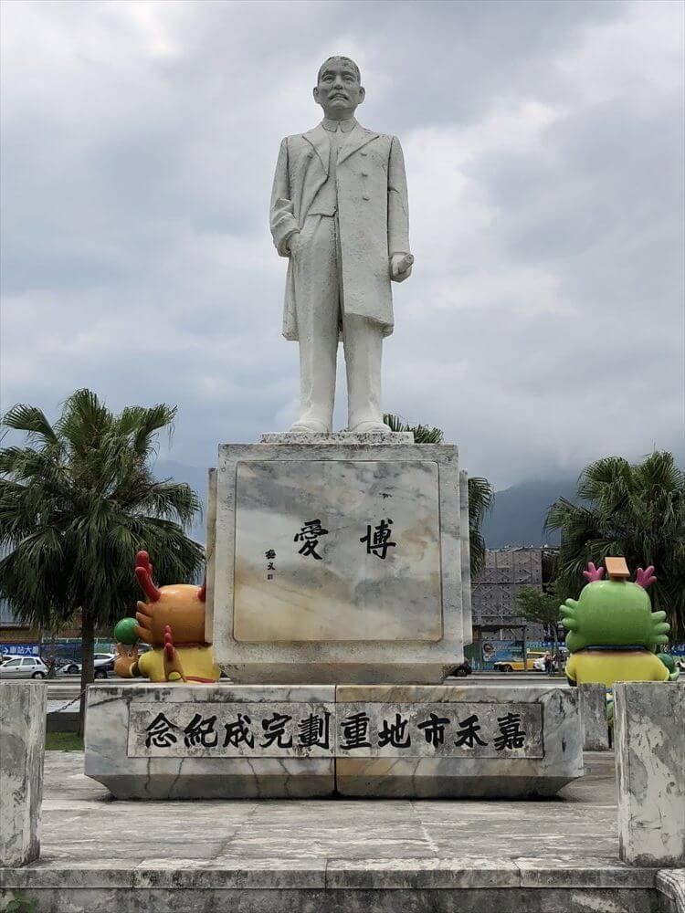 花蓮駅前広場の孫文の銅像