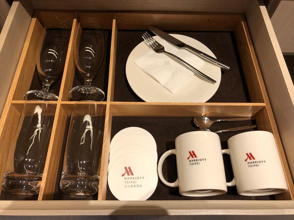 台北マリオットホテルのスイートルームの食器類