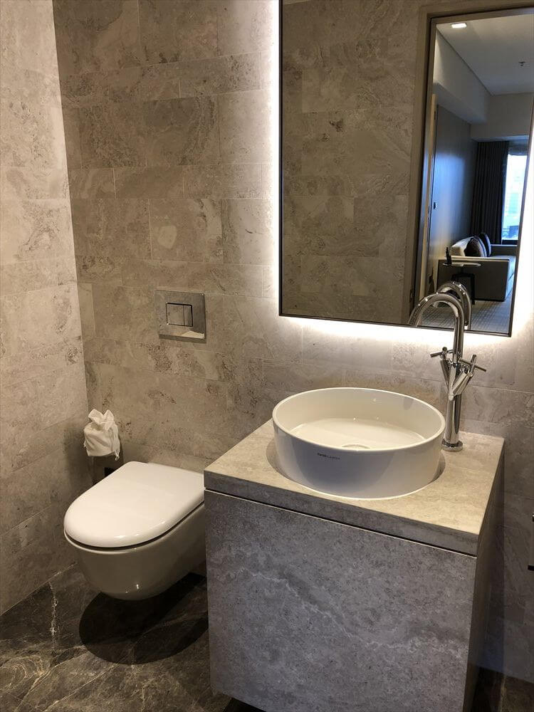 台北マリオットホテルのスイートルームのリビングのトイレ