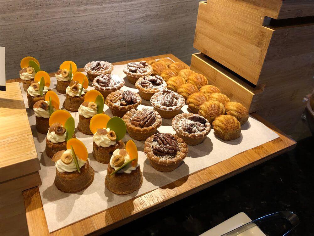 台北マリオットホテルのラウンジのデザート・フルーツ1