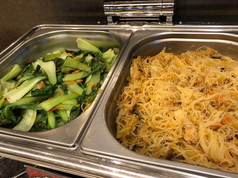 台北松山空港の国際線ラウンジのビーフンに青梗菜