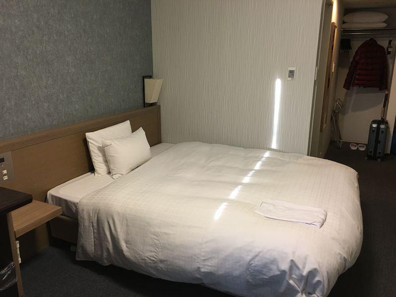 ダイワロイネットホテル高松 モデレートルームベッド側