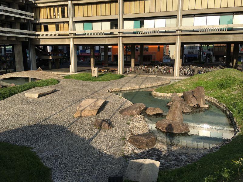 香川県庁の東館の前庭