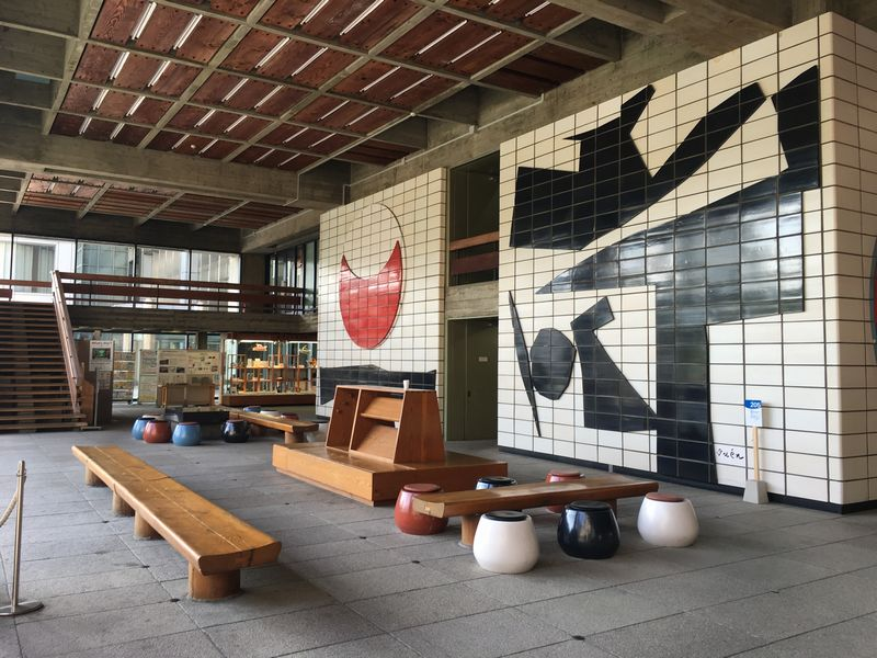 香川県庁の東館の1階ロビー1