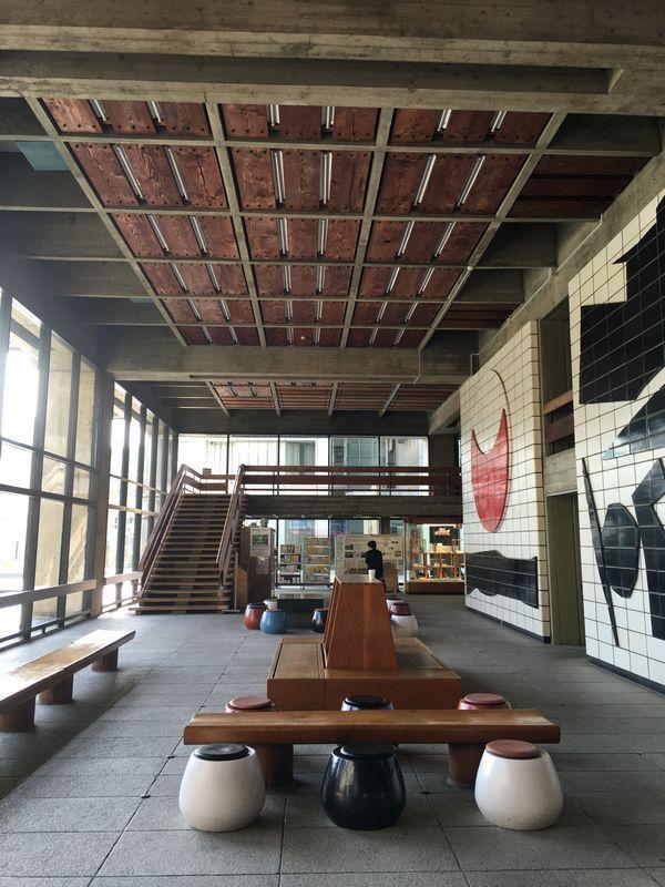 香川県庁の東館の1階ロビー2