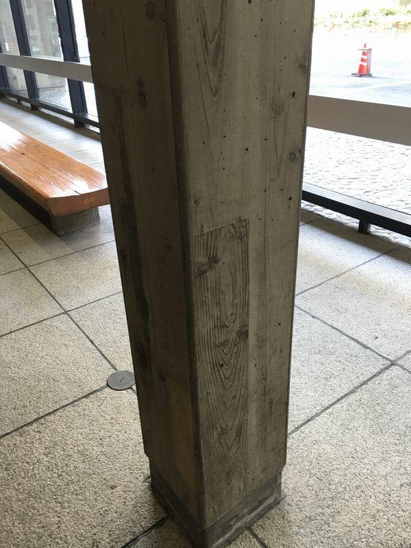 香川県庁の木目デザインのコンクリート柱