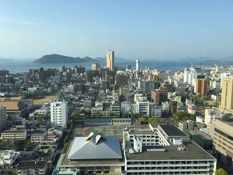 香川県庁舎の展望室から高松シンボルタワー