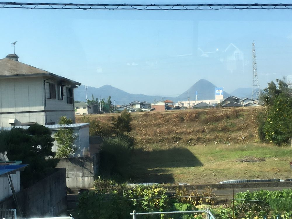 高松空港のシャトルバスから見えた山