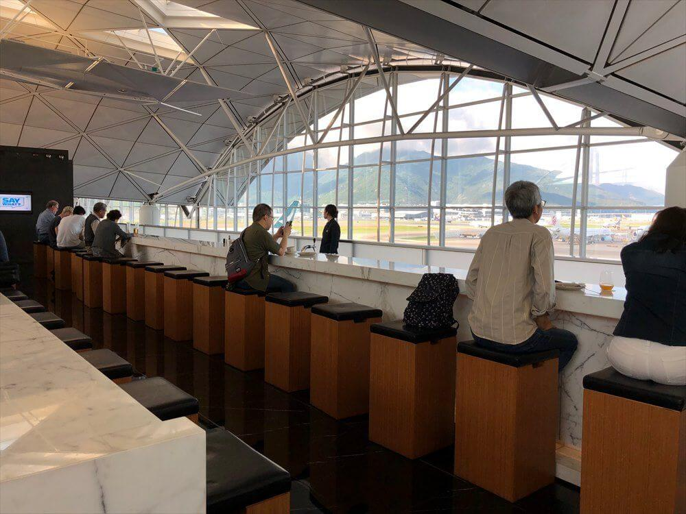 香港国際空港のキャセイパシフィック航空の「THE WING」のロングバー