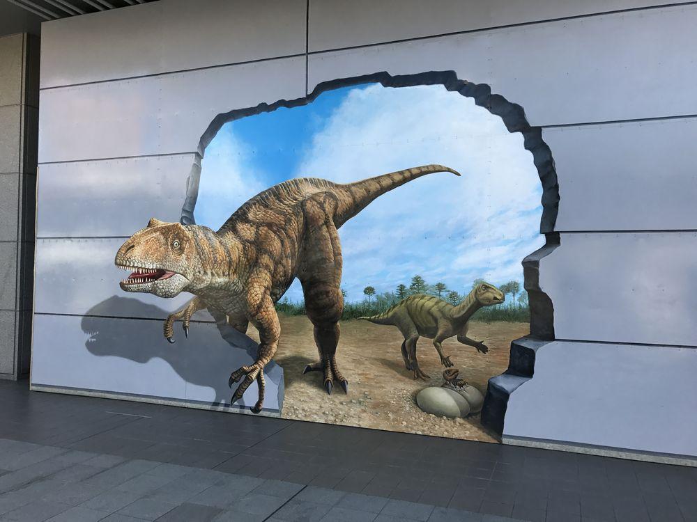JR福井駅の恐竜デザインの壁面1