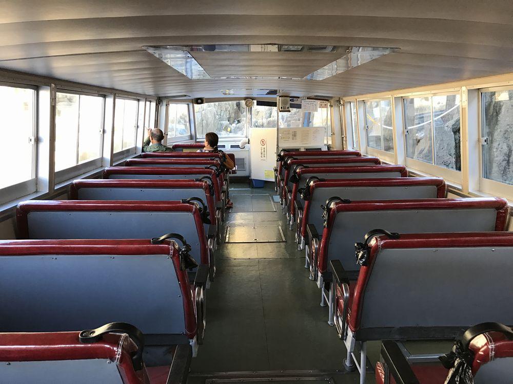 東尋坊の観光遊覧船の内部