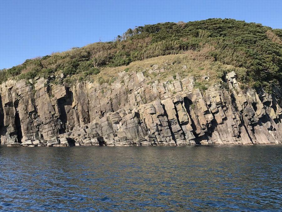 雄島の蜂の巣岩1