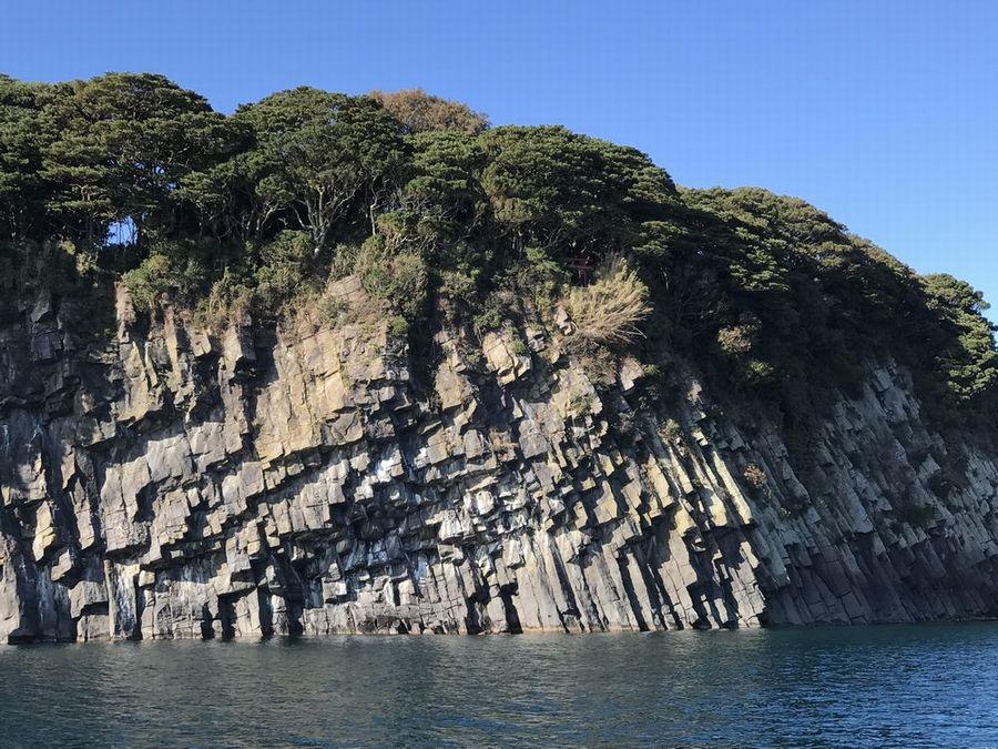 雄島の蜂の巣岩2