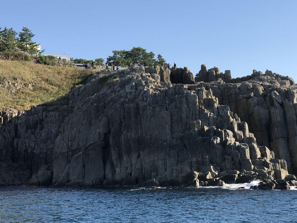 海から見た東尋坊の断崖絶壁