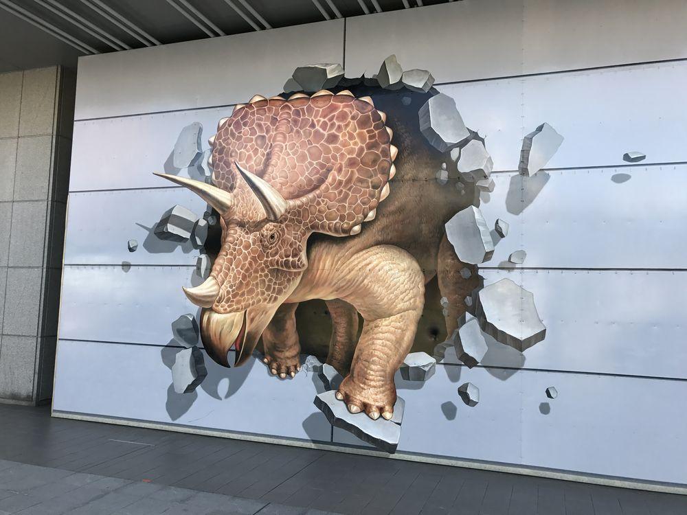 JR福井駅の恐竜デザインの壁面2