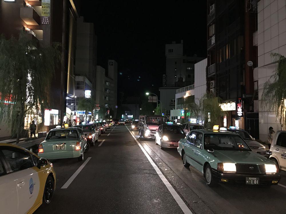 深夜の金沢片町のタクシー