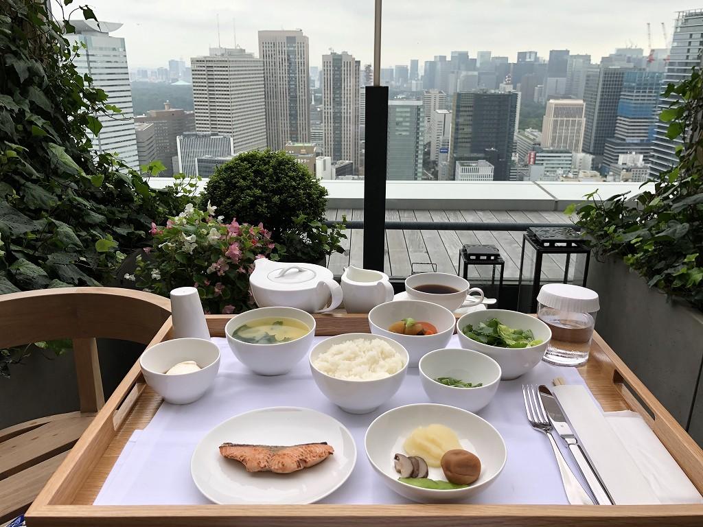 東京エディション虎ノ門のスタジオテラスの朝のテラスで和朝食2
