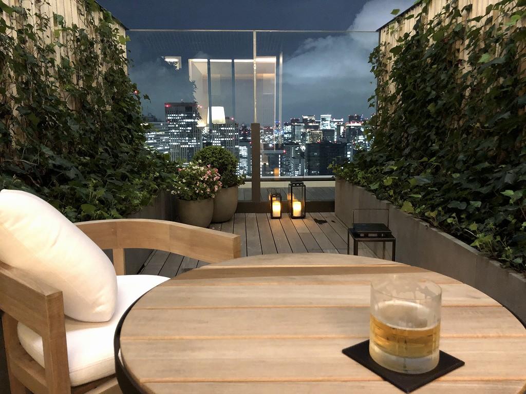 東京エディション虎ノ門のスタジオテラスのテラスでビール
