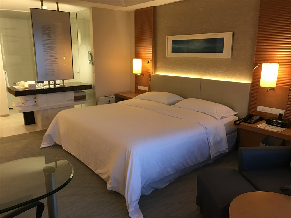シェラトングランドホテル広島のデラックスルーム(ベッド側)