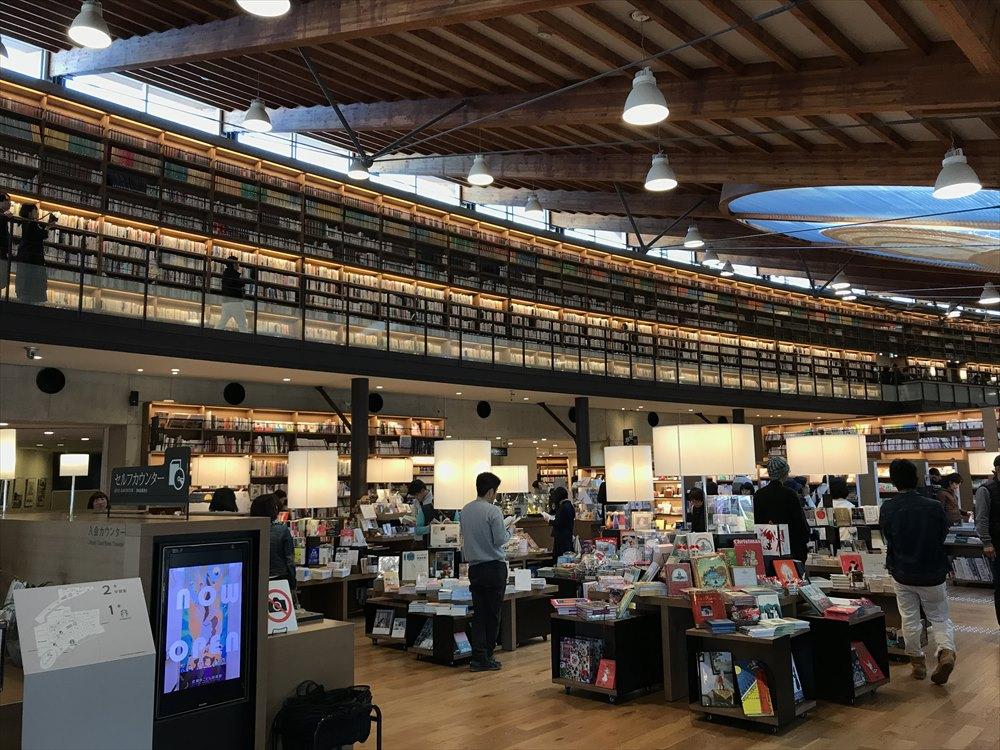 武雄市図書館の内観(1階から)