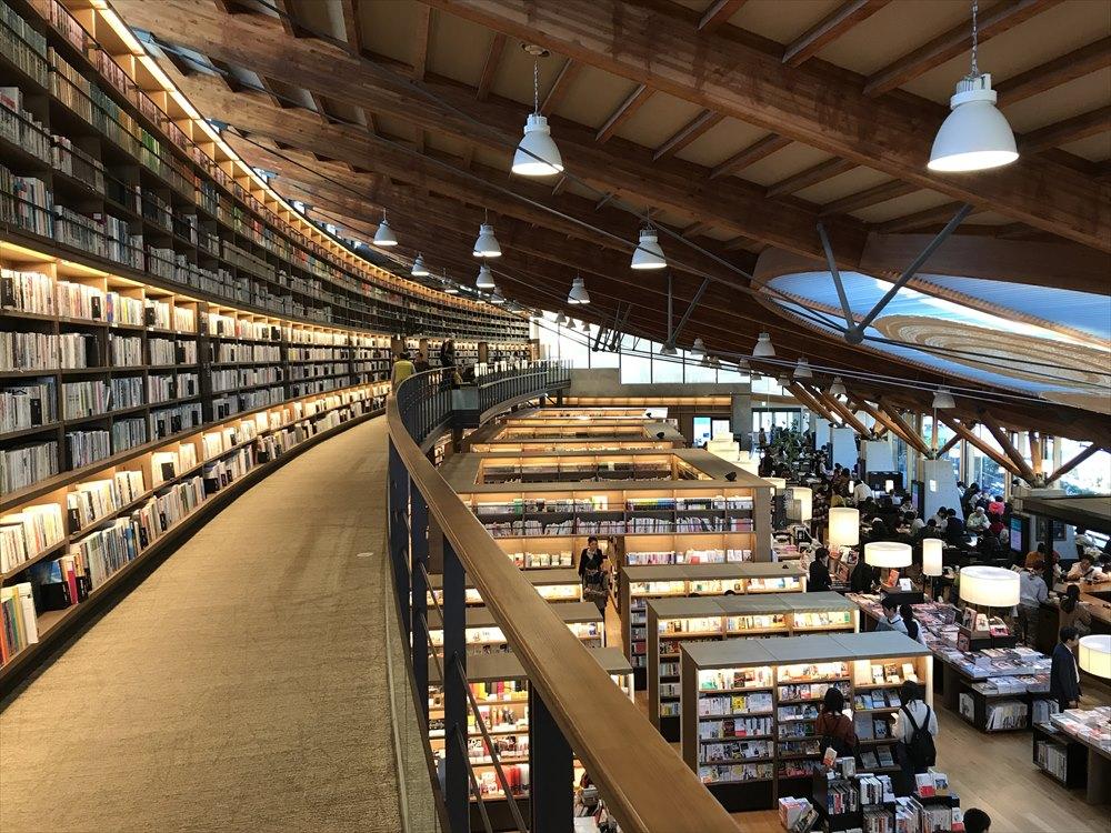 武雄市図書館の内観(2階から)