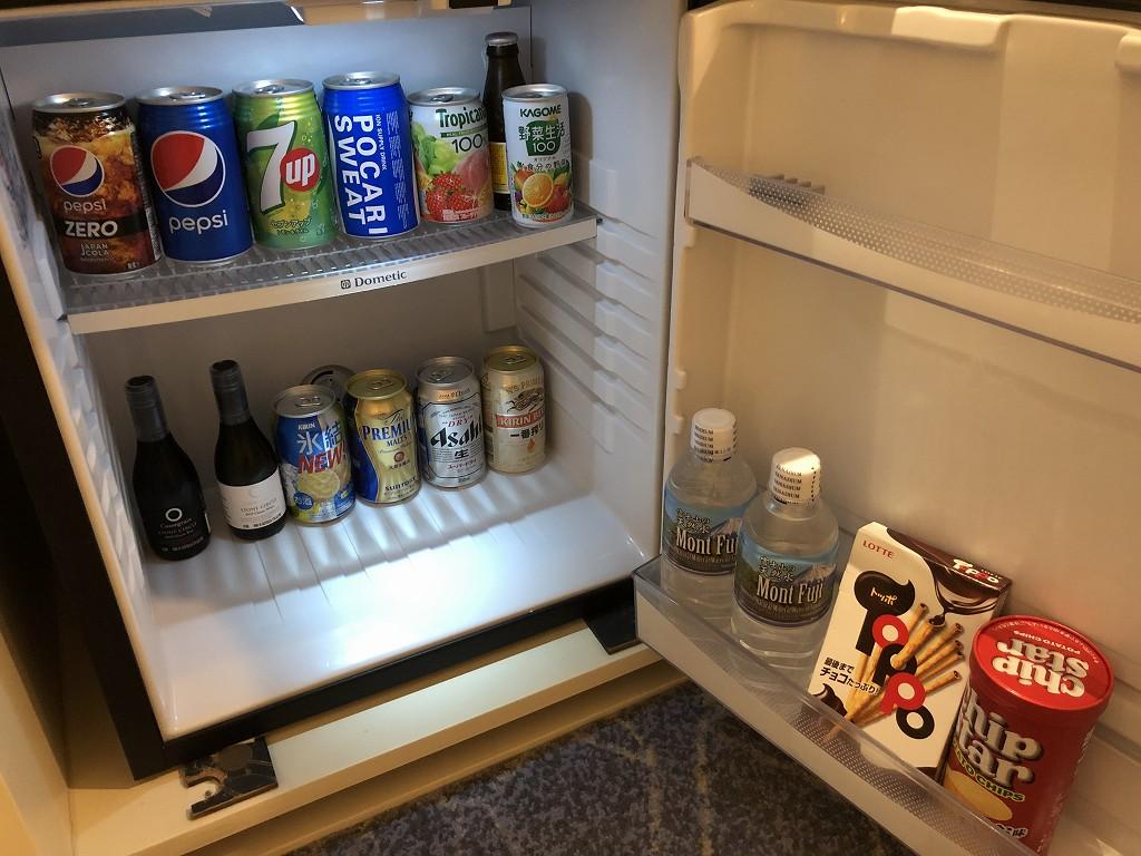 名古屋マリオットアソシアホテルのデラックスツインルームの冷蔵庫