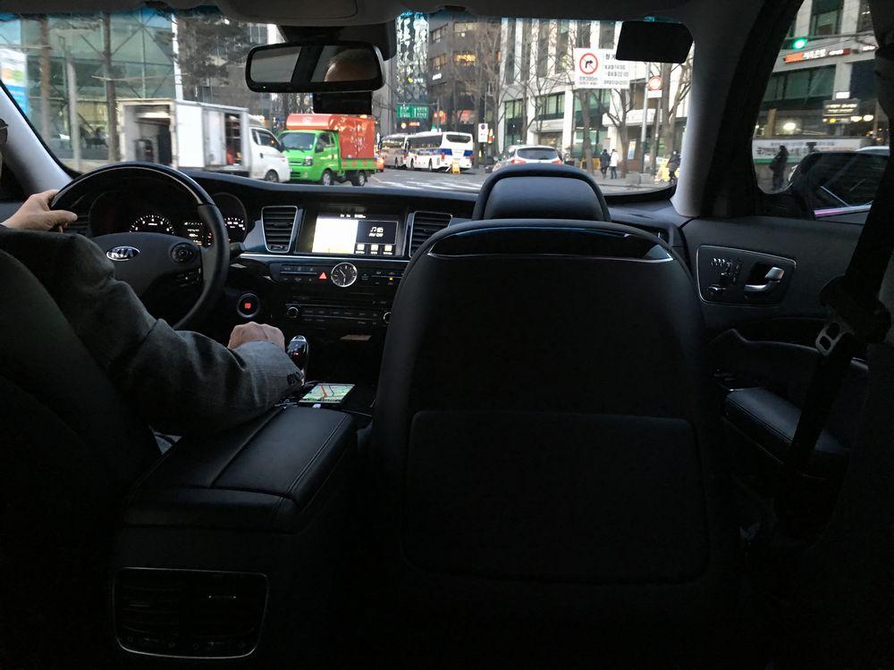助手席が前に倒されているUberタクシー