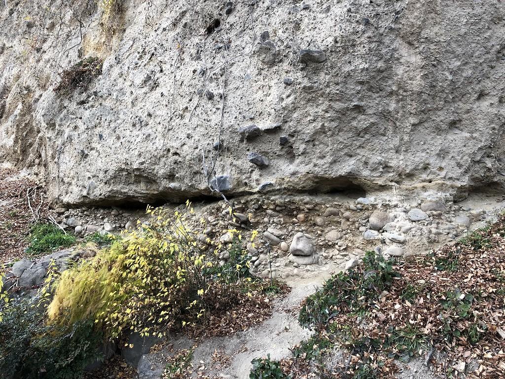 上田城の尼ヶ淵の崖の地層2