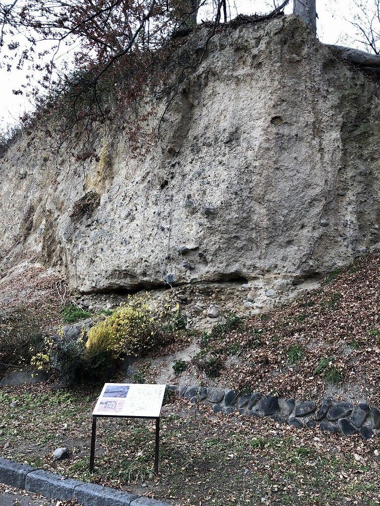 上田城の尼ヶ淵の崖の地層1