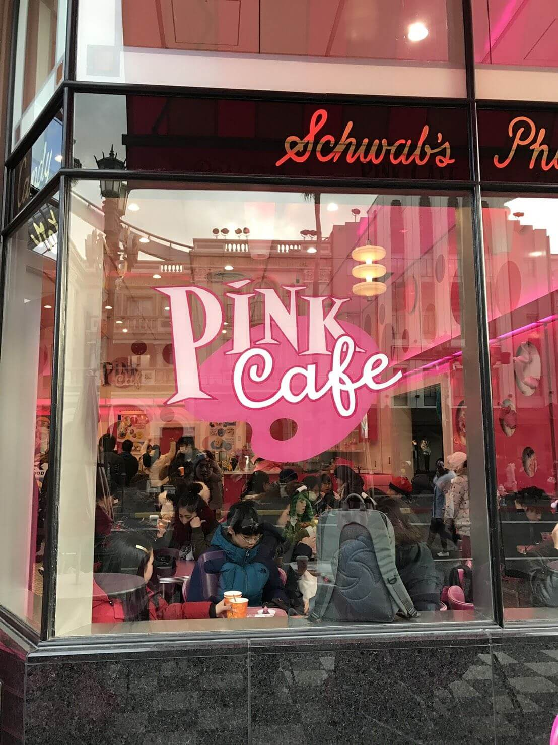 USJのピンクカフェの画像