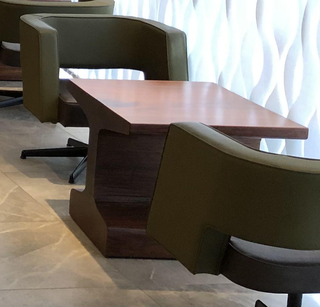 ビューゴールドラウンジのレールの形をしたテーブル