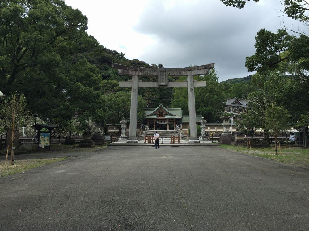 和霊神社の石造りの大鳥居1