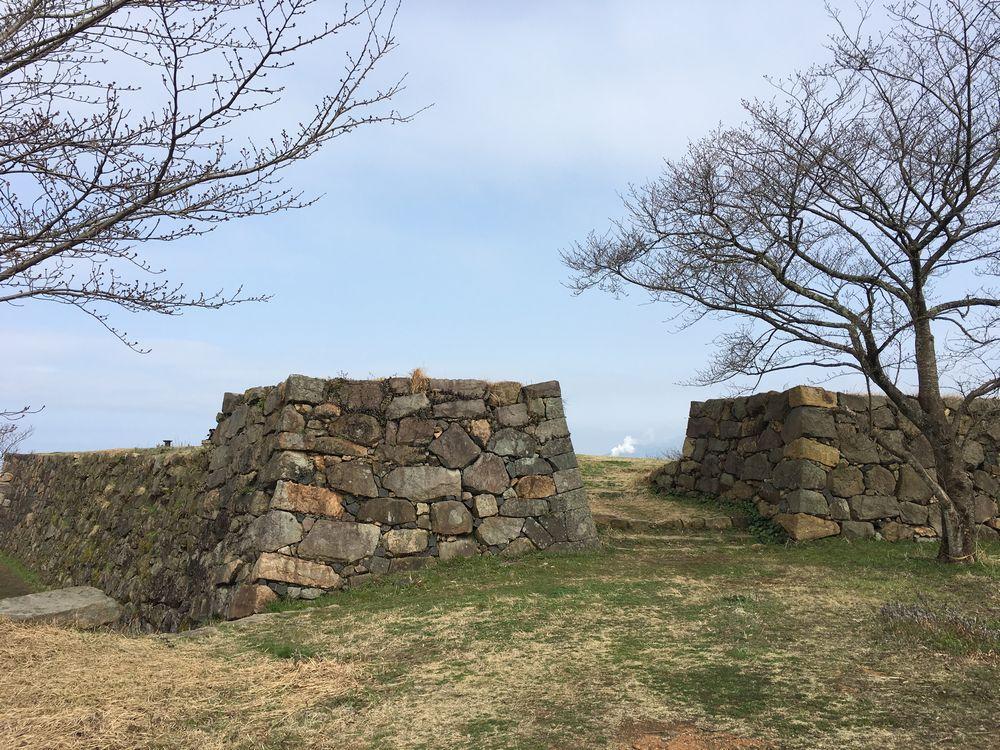 米子城跡の本丸跡へ