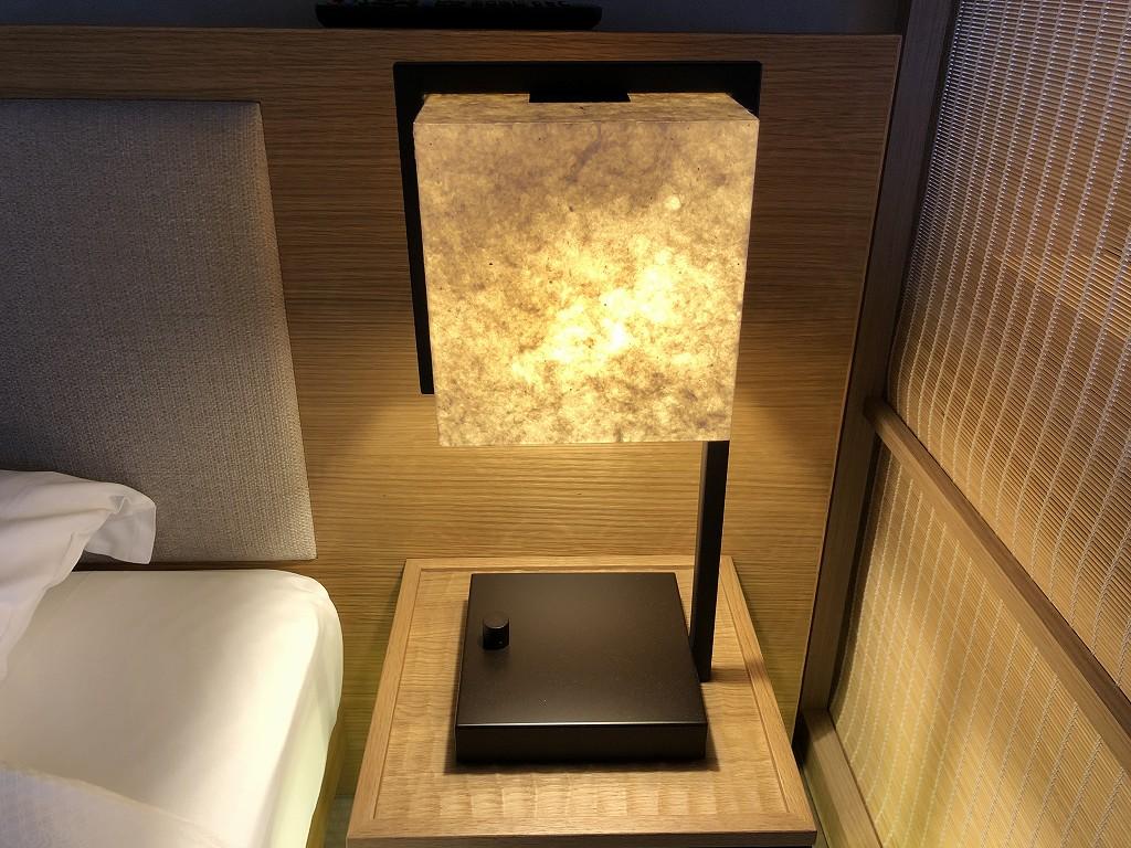 由縁別邸 代田のデラックスダブルルームのベッドサイドの灯り