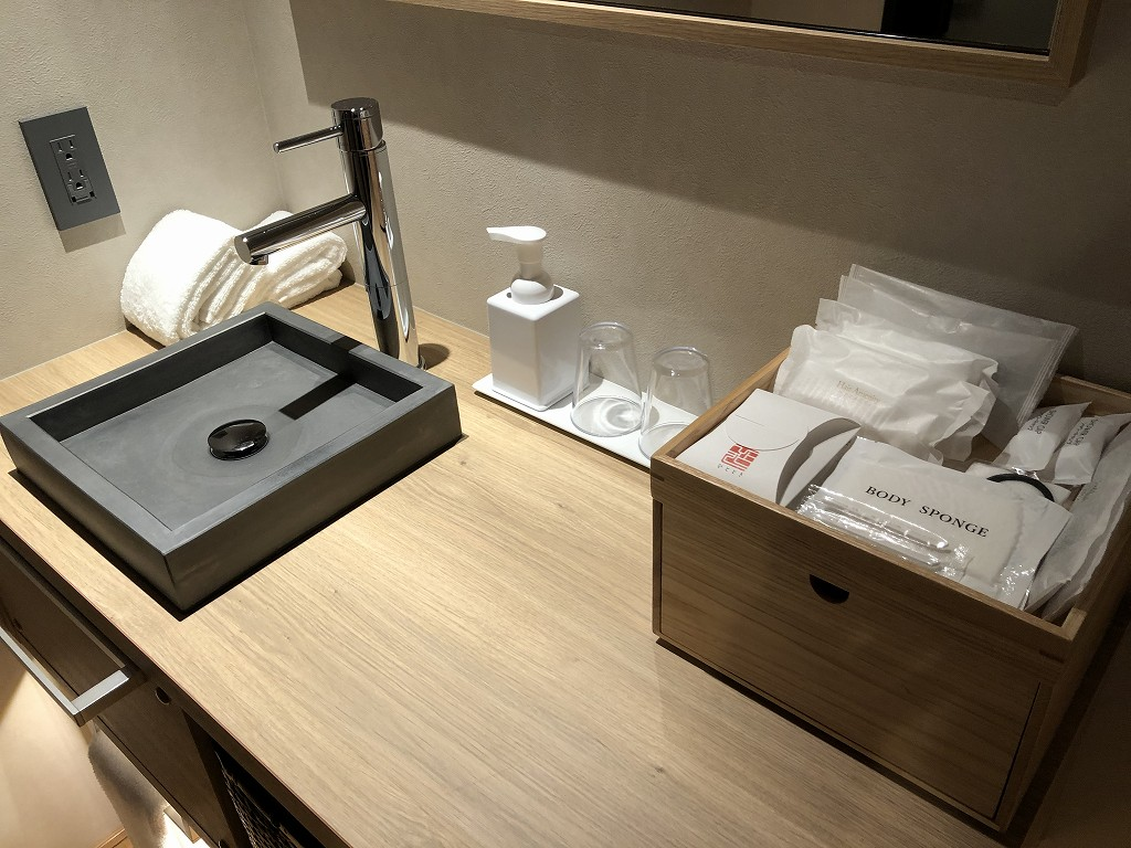 由縁別邸 代田のデラックスダブルルームの木製の洗面台