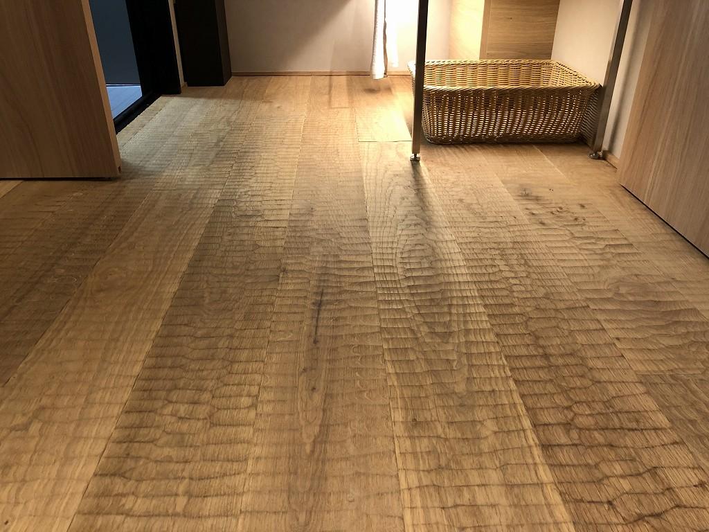 由縁別邸 代田のデラックスダブルルームの手斧仕上げの床