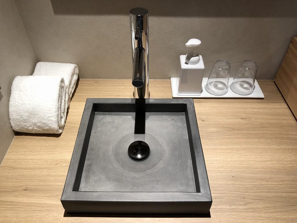由縁別邸 代田のデラックスダブルルームの洗面台のボウル