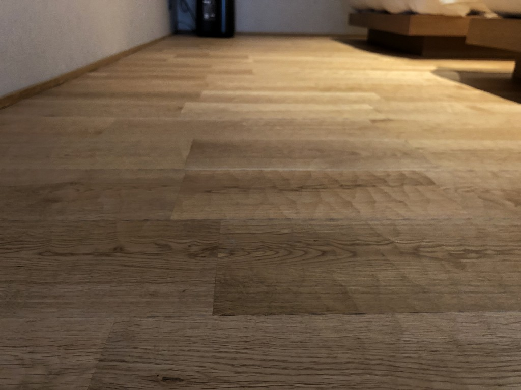 由縁別邸 代田のメゾネットルームの手斧仕上げの床
