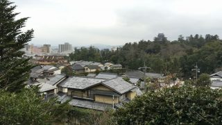 明々庵がある高台から松江城の天守閣