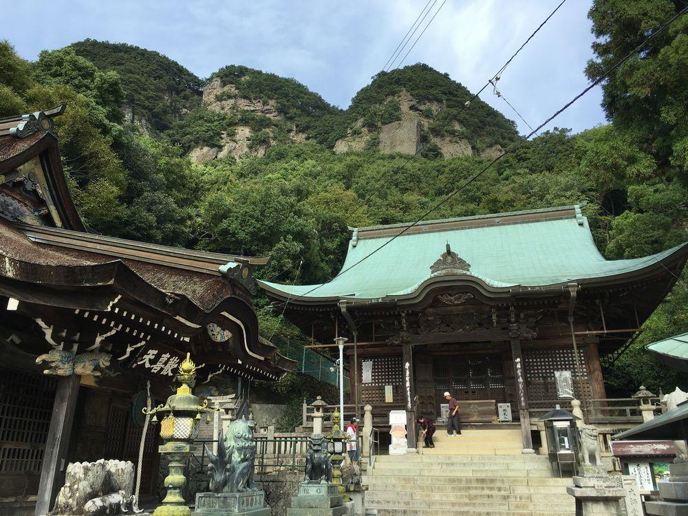 五剣山を背にする八栗寺