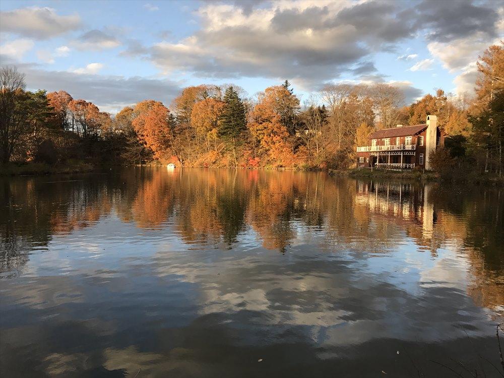 塩沢湖の湖面に映った紅葉